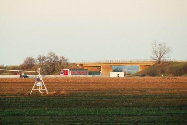 Pre prestavbu križovatky Blatné a rozšírenie diaľnice musia most zbúrať.