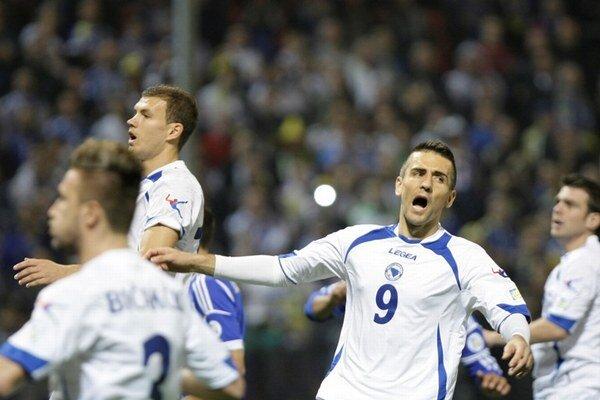 Vedad Ibiševič (vpravo) oslavuje svoj gól Lichtenštajnsku.