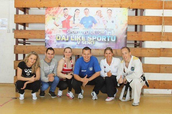 Senecký šport je najmä o mladých ľuďoch a rekreačných aktivitách.  Juraj Gubáni (v strede) tvrdí, že by bol najradšej, keby v ich druholigovom futbalovom tíme hralo 90 percent odchovancov.