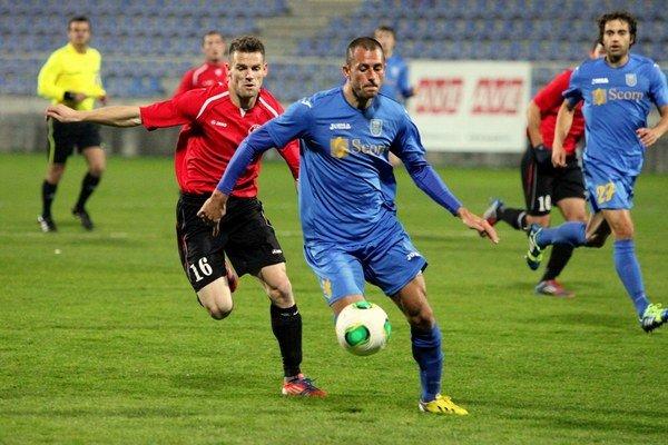Ťahúň seneckej ofenzívy Pavol Orolín (v červenom) sa pripravuje s Bohemians Praha.