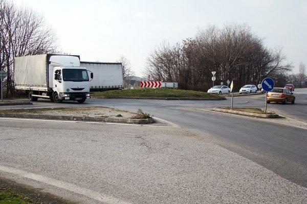 Kruhový objazd pri sídlisku Pezinská.