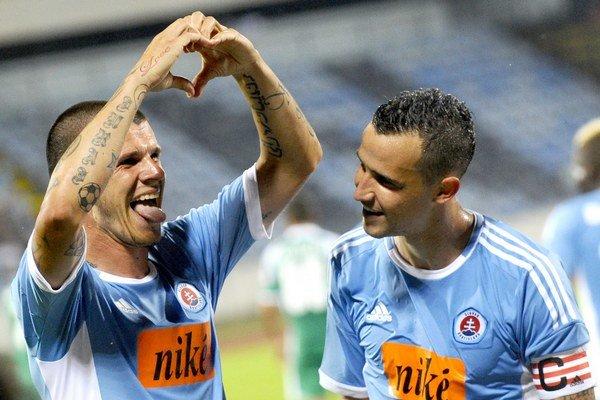Juraj Halenár strelil rozhodujúci gól, vpravo je jeho spoluhráč Jiří Kladrubský.