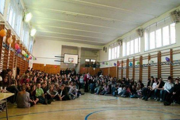 Gymnázium A. Bernoláka v Senci má dve telocvične. Jednu pri škole, druhú na Športovej ulici. Časť študentov sa na telocvik presúva.