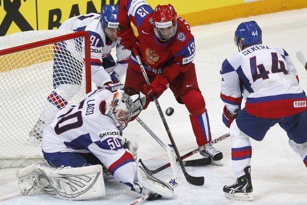 Brankár Ján Laco vo finále MS 2012  Slovensko - Rusko 2:6  zasahuje  pred ruským útočníkom Pavlom Daciukom.⋌