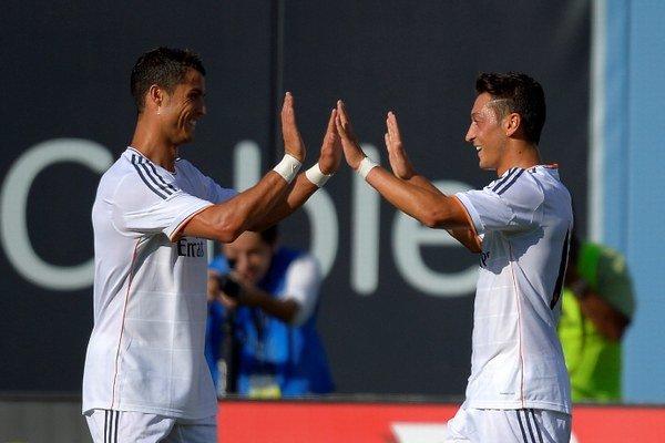 Cristiano Ronaldo (vľavo) a Mesut Özil.