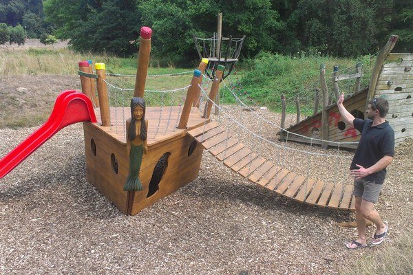 Hrací prvok Pirátska loď v piešťanskom parku.