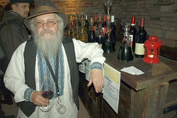 Vincúr Pavol Boriš z Pezinka ponúkal svoje víno v pivnici na Pekárskej.