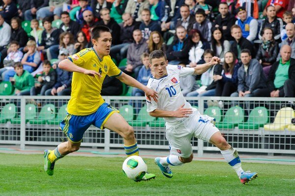 Švéd Johan Ramhorn (vľavo) a futbalista Slovenska Nikolas Špalek.