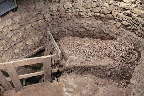 Pri odkrývaní románskej kostnice našli archeológovia kosti desiatok tisícov ľudí.