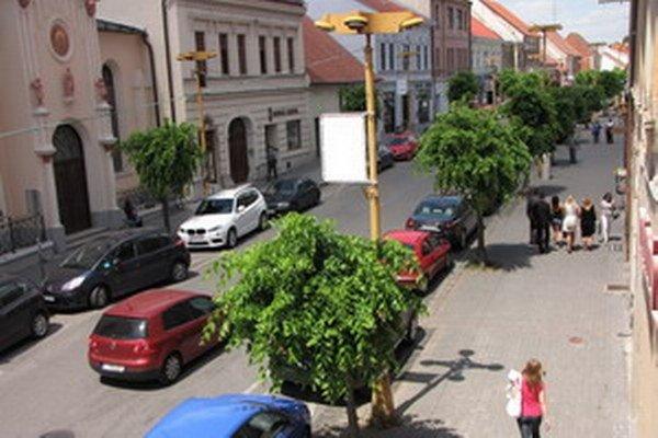 Nevábny vzhľad ulice, staré pouličné osvetlenie žltej farby. Na radnici sa už hovorí o jej oprave.