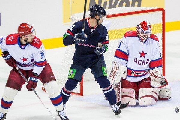Michal Vondrka zo Slovana a brankár Rastislav Staňa z CSKA Moskva.