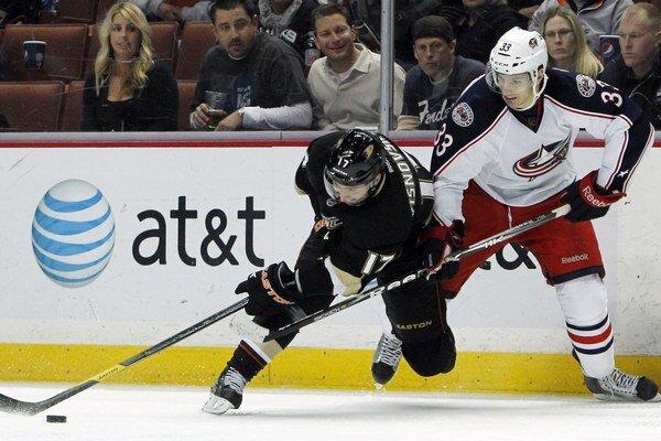 Slovenský obranca Anaheimu Ducks Ľubomír Višňovský (vľavo) atakovaný Tomášom Kubalíkom z Columbusu Blue Jackets v zápase NHL 8. januára 2012 v Anaheime.