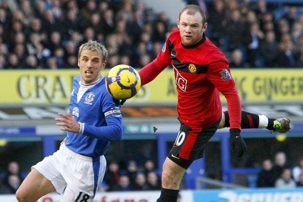 Phil Neville (vľavo) v súboji s Waynom Rooneym.