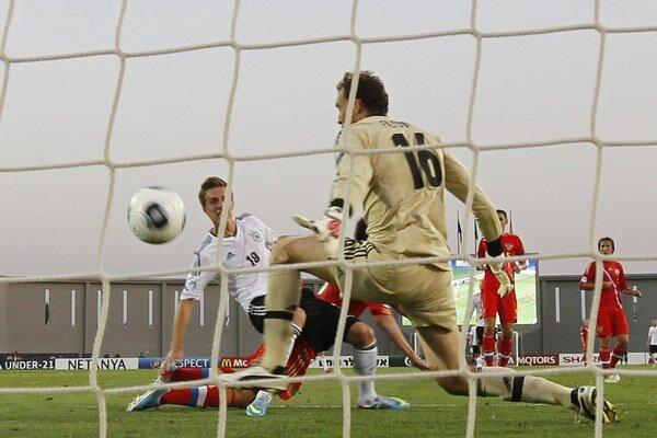 Nemec Patrick Herrmann dáva gól Rusovi Aleksandrovi Filcovovi v skupine na ME do 21 rokov v Izraeli.