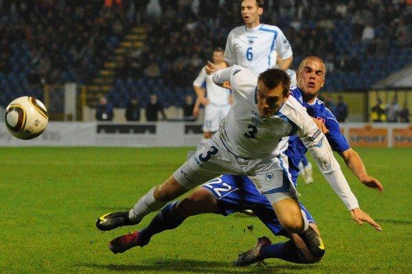 Filip Šebo a Boris Pandža (Bosna a Hercegovina) počas prípravného zápasu medzi Slovenskom a Bosnou a Hercegovinou v novembri 2010 v Bratislave. Prehrali sme 2:3.