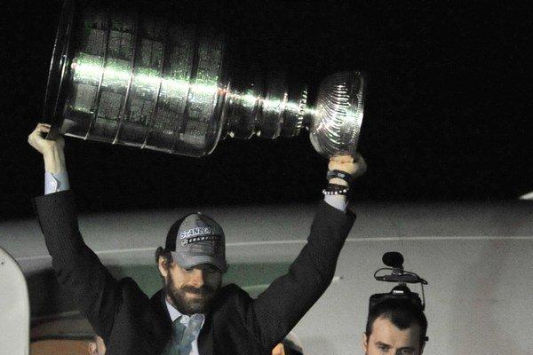 Michal Handzuš dvíha Stanleyho pohár nad hlavu pred fanúšikmi po prílete na letisko O´Hare v Chicagu.