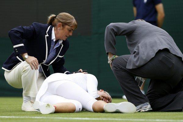 Viktoria Azarenková po páde v zápase s Portugalčankou Mariou Joao Koehlerovou v 1. kole dvojhry.