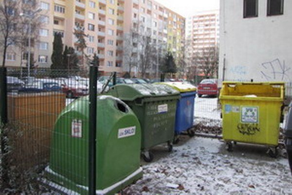 Ak má niekto pocit, že stojisko pre komunálny odpad v jeho okolí nie je upratané, môže zavolať na mestský úrad či upovedomiť spoločnosť ASA.