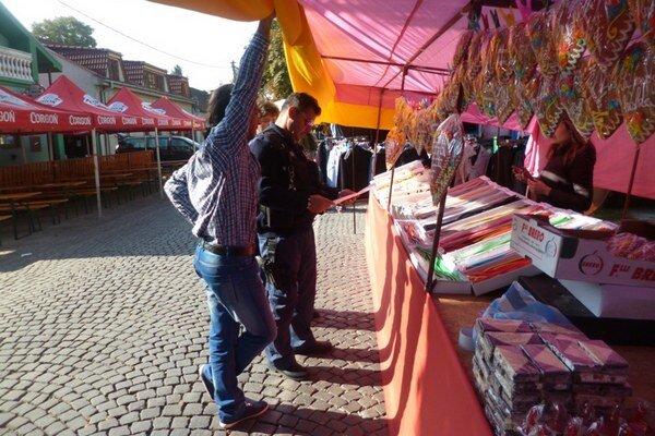Príslušníci MsP pri kontrole povolenia na predaj tovaru v priestore jarmočniska.