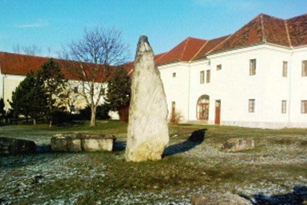 Obrovské kamene sa nachádzajú v Holíči za budovou fajansy.