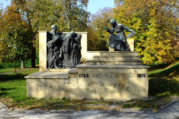 Bernolákov pomník zostal bez kovových písmen.