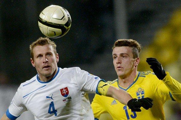 Ján Ďurica (vľavo) v priateľskom zápase so Švédskom.