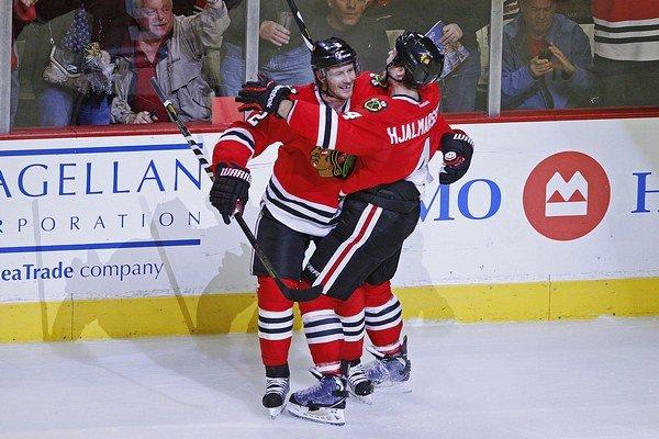 Duncan Keith a Niklas Hjalmarsson zo Chicaga Blackhawks.