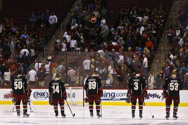 Hokejisti Phoenixu pri minúte ticha za obete výbuchov v Bostone.