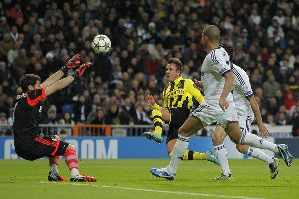 Mario Gotze strieľa proti Realu v Madride v základnej skupine Ligy majstrov v novembri 2012.