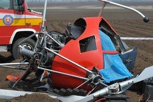 Z malého vrtuľníka zostal po páde len vrak.
