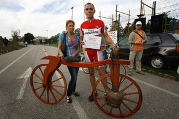 Súčasťou výstavy bude aj replika dreveného bicykla, takzvanej dreziny. Trnavčan Karol Lipovský na nej minulý rok urobil svetový rekord v hodinovej jazde.