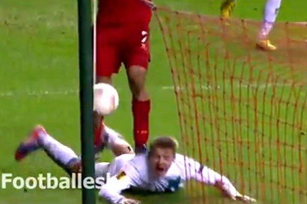 Suárez skáče na slovenského obrancu.