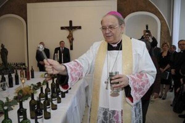 Biskup Orosch požehnal mladé vína.