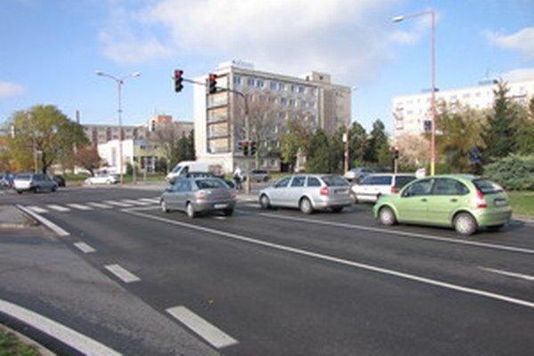 Na križovatke Hlboká- Rybníkova prednedávnom vymenili asfalt.