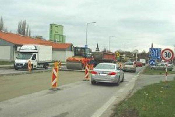 Mesto opravuje križovatku, aby zabránilo vzniku asfaltových bubnov.
