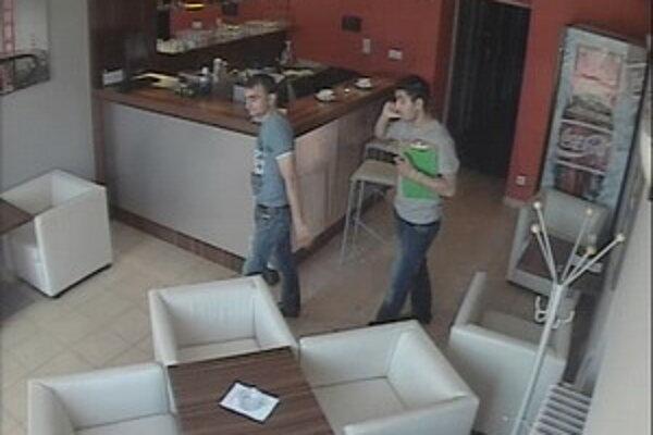 Dvoch podvodníkov zachytila priemyselná kamera.