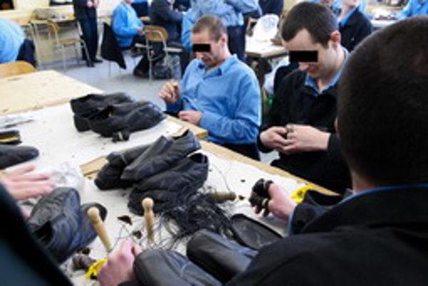 Odsúdení v ústave Hrnčiarovce pri Trnave šijú aj topánky.