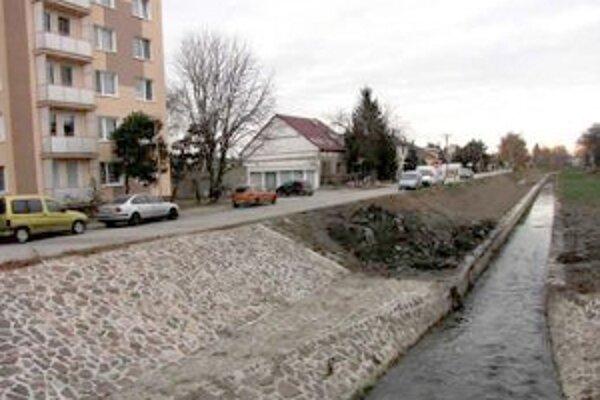 Miestni obyvatelia považujú nové koryto za zdroj svojich problémov s podzemnou vodou, ktorá sa im hromadí v domoch.