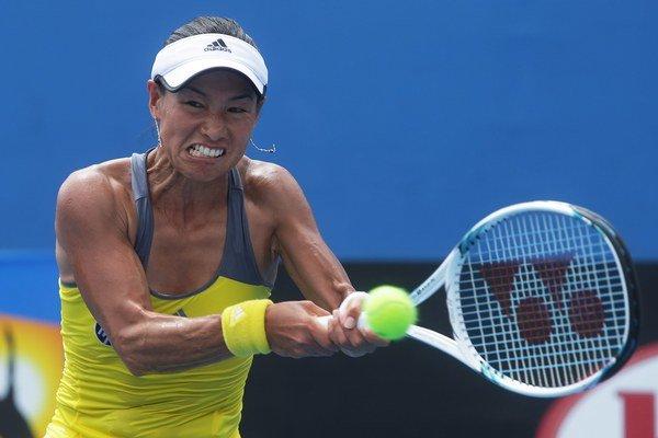 Japonská tenistka Kimiko Dateová-Krummová odvracia loptičku v zápase proti Izraelčanke Šahar Peerovej v 2. kole grandslamového turnaja Australian Open.