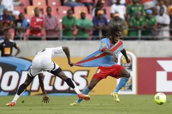 Ghančan Jerry Akaminko drží za dres Dieudonna Mbokaniho.
