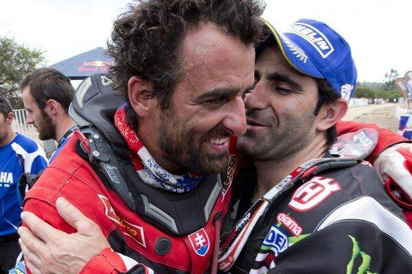 Ivan Jakeš (vľavo) na KTM dosiahol životný úspech, keď na 35. ročníku prestížnej Rely Dakar obsadil celkové 4. miesto. Gratuluje mu Portugalčan Paulo Goncalves.