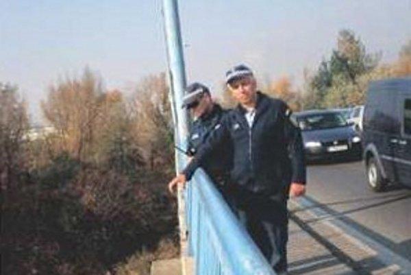 Mestskí policajti, Pavol Oravec (na fotke vľavo) a Peter Hinc, ukazujú miesto, kde sa mladík pokúsil o samovraždu.