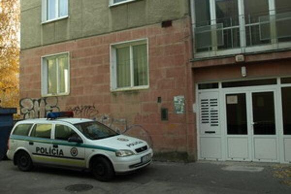 Prípad riešia policajti. V byte zaisťovali stopy.