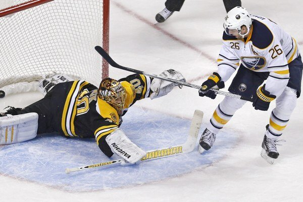 Thomas Vanek strieľa jeden zo svojich troch gólov proti Bostonu.