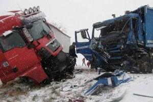 Následky nehody museli odstraňovať dva žeriavy.