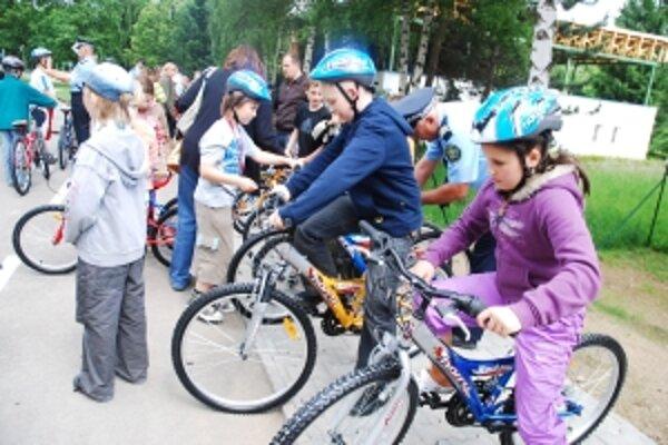 Policajti učili deti teóriu jazdy na bicykloch a kolieskových korčuliach.