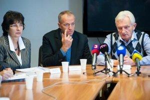 Prezident slovenského olympijského výboru František Chmelár, generálny sektretár SOV Jozef Liba a prezidentka slovenskej lyžiarskej asociácie Janka Gantnerová počas tlačovej konferencie.