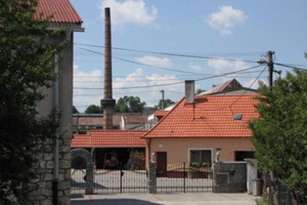 Priemyselný areál v sučasnosti vlastní obec, ktorá prenajíma priestory súkromným firmám. V okolí fabriky žije aj niekoľko rodín.