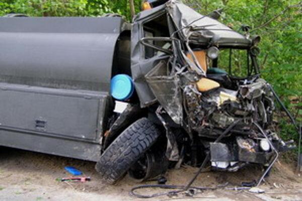 Vodič cisterny vyviazol bez zranení, spolujazdec zostal zakliesnený v kabíne.