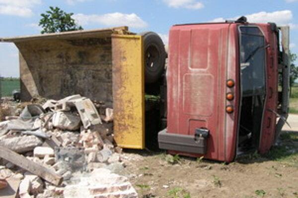 Naložená Tatra sa po nehode prevrátila na pravý bok.